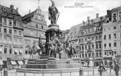 Marktplatz mit Siegesdenkmal