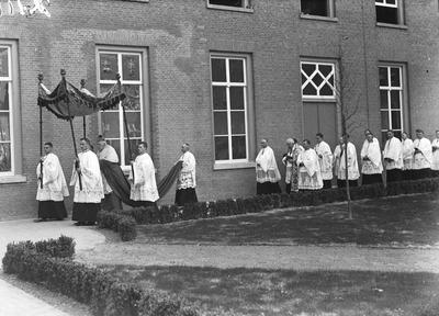 Deze dag is mgr. A.F. Diepen op het Groot Seminarie Haaren aangekomen en feestelijk ingehaald door mgr. A.F.M. Sweens, president van het Groot-Seminarie, en de bewoners van           het huis, om het nieuwe philosophicum in te zegenen en de nieuwe kapel te consacreren. In deze plechtige stoet wordt zijn hoogwaardige excellentie mgr. A.F. Diepen naar de nieuwe aula           geleid.