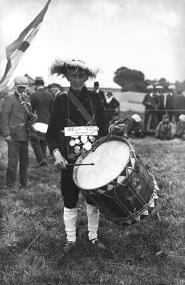 Groot schuttersfeest ter gelegenheid van het 400 jarige bestaan van gilde Sint Joris. 74-jarige tamboer met oude trommel uit 1612, eigendom van schutterij Sint Servatius en           Barbara te Lieshout.