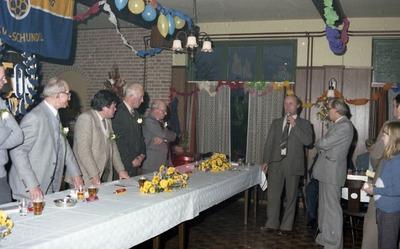 Een heuglijk feit bij de supportclub van RKSV Schijndel. Harrie van de Vleuten, als voorzitter van de club, richt het woord tot het jubilerende bestuur van de           supportersclub. Rechts naast de heer Van de Vleuten staat Toon van de Rijt, secretaris van RKSV Schijndel. Links nog net zichtbaar Herman Hovenier en derde van links Wim van           Breugel.