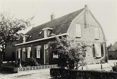 Dubbel eenlaags woonhuis. Gebouwd in ca. 1920. Bewoond door twee families Van de Laar. De straat heette eerst Hoofdstraat wat later Braak werd. In de achtergrond is nog net           het huis van de familie Van Oorschot te zien.