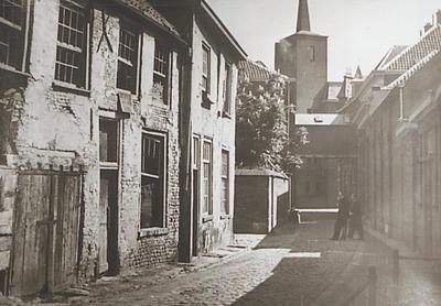 Op de achtergrond het torentje van Maaszicht. Links achter de muur van het St. Catharina Gasthuis met de overgang van het linker naar het rechter gebouw. Later zijn de           huizen gesloopt evenals de overgang en het gebouw rechts en vervangen door nieuwbouw.