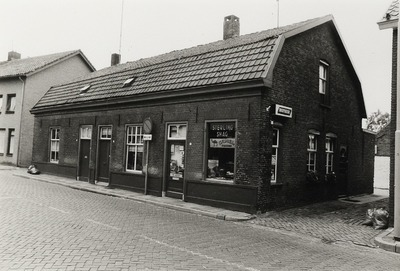 Winkel. Nummer 11 werd bewoond door M. van Boxmeer en nummer 13 door Harrie Passiers met zijn vrouw Miet Foolen. Zij hadden op nummer 13 een sigarenwinkeltje, men verkocht           er ook kruidenierswaren.