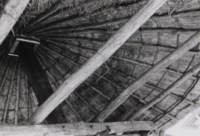 Landbouwperceel met enkele voorwerpen die als in een openluchtmuseum te zien zijn: (een metalen sopketel onder een stenen afdak), een hooiberg van het type eenroedenberg,           waarvan hier de binnekant te zien is (en een bakstenen waterput met putmik).
