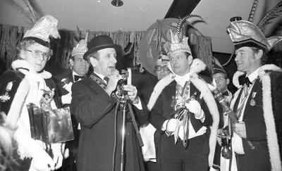 Carnaval in Schijndel; burgemister Driekske (Henk van Roessel) in het midden. Op de achtergrond van links naar rechts: Piet van Zutphen, Huub Ketelings en Jan van Aarle.           Weet iemand meer namen?