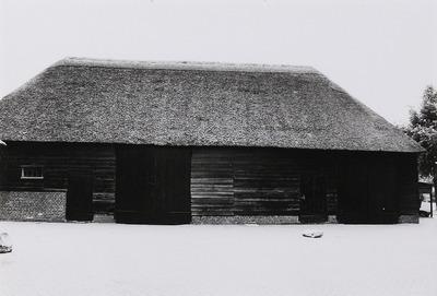 Boerderij (Nonnenbossche hoeve) met middenlangsdeel en dwarshuis waarvan de kopgevel een inspringende hoek vertoont, waarin vensters en binnen een gekoppeld kozijn een deur           en een venster; erboven zoldervensters. Rieten dak met een voet van pannen. Ernaast twee met riet gedekte schuren en een open karschop. In de heerd de oorspronkelijke schouw. 17e-18e           eeuw.