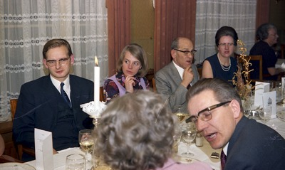 Vera de Kort (met dubbel wit parelsnoer) zit tussen collega-medewerkers van de gemeente aan tafel. Tweede van links is Jeanne van der Krabben-Verkooyen. Weet iemand meer           namen? PERSONEN: Jeanne van der Krabben - Verkooyen, Vera de Kort.