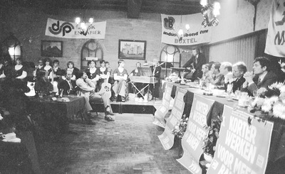 Viering 75 jaar Boxtelse vakbeweging in de zaal van Café Marktzicht aan de Markt in Boxtel. Op de foto: V.l.n.r.: Wim Kok (staand), Jos Boom, Piet Hendriks, Martin van den           Heuvel, Jan Moelands, Albert Poort (wethouder), Ad van Weert (voorzitter FNV Boxtel).