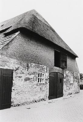 Boerderij (Nonnenbossche hoeve) met middenlangsdeel en dwarshuis waarvan de kopgevel een inspringende hoek vertoont, waarin vensters en binnen een gekoppeld kozijn een deur           en een venster; erboven zoldervensters. Rieten dak met een voet van pannen. In de heerd de oorspronkelijke schouw. 17e-18e eeuw.