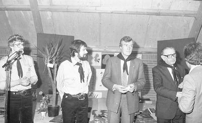 In het scoutinggebouw aan de Smaldonkstraat. Links Harry Kemps, tweede van links Thom Dissel, derde van links burgemeester Gerard Scholten met naast hem wethouder Piet           Kemps. Beiden met een das van de scouting om de hals.