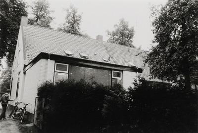 Woning. Gebouwd in de eerste helft van de 19e eeuw. Dit was het huis van Xander van Vessem. In deze kamer aan de achterzijde had tandarts Van Wesenbeeck van 1973 tot mei           1997 zijn praktijkkamer. Daarna was het tot 2000 de tandartspraktijk van tandarts Van Dijk.