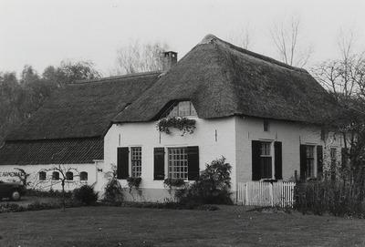 De Armenhof. T-boerderij. Verbouwing ca. 1985. De hoeve Klein-Gaal is gesticht in 1530 door abt Coenraad van Malsum. Na 1648 is de boerderij overgegaan in eigendom van de           Burgelijke Arme van de gemeente Schaijk en heette sindsdien in de volksmond De Armenhof. De Armenhof is in 1926 verkocht aan de fam. van der Linden- Van den Boom. In 1968 heeft dhr. Kuiper           de boerderij gekocht en later grondig gerestaureerd.