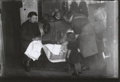 Jan Damen en zijn vrouw Dorke Klerkx emigreerden op 2 september 1947 samen met hun elf kinderen en de 87-jarige Hannes Klerkx, vader van Dorke, naar Canada. Dorke (rechts)           en de kinderen pakken de dekenkist in.