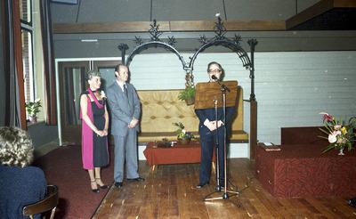 Opening van de sociëteit. Het echtpaar is Paul Nelissen en zijn vrouw Gerrie; spreker is voorzitter van de Sociëteit, Jan Vollenberg. Het echtpaar Nelissen heeft het           restaurant op de begane grond van de Soos enige jaren gerund.