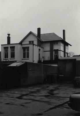 Postkantoor, tweelaags. Gebouwd in omstreeks 1901. Met woonhuis directeur (ingang aan de rechterzijgevel) gezien vanaf de binnenplaats (met een officieel straatnaambordje           Jan van den Brandplein) van het nieuwe postkantoor uit 1989 aan de Borchmolendijk 1 en 3