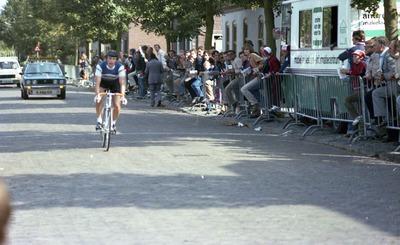 Waarschijnlijk de grote prijs Timmermans Van der Heijden, een tijdrit voor amateurs met start en finish in Schijndel die in het begin van de jaren '80 een aantal keren is           verreden. Te zien is de renner H. Poulter. Kent iemand deze naam?