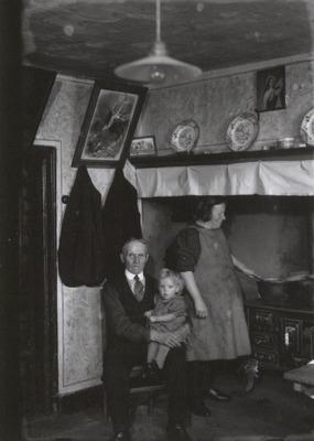 Jan Damen en zijn vrouw Dorke Klerkx emigreerden op 2 september 1947 samen met hun elf kinderen naar Canada. Hier de 87-jarige Hannes Klerkx, vader van Dorke, zijn dochter           en een kleindochter voor vertrek.