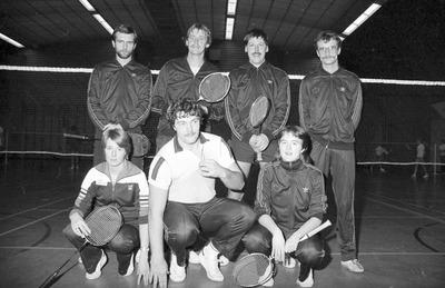 Leden van Badminton Club Schijndel (B.C.S.). Bovenste rij, v.l.n.r.: Henk van Vught, Cor van Casteren, Peter van Boxtel, Martien Kooijmans. Onderste rij, v.l.n.r.: Jeanette           Smits, Hans van den Heuvel, Lizette van Doorn.