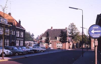 Straatbeeld van de Heuvel met links het pand van de Amsterdam-Rotterdam Bank, rechts de winkel van bakkerij Pijnenburg aan het restant van de oude Ploegstraat; op de           voorgrond staan auto's geparkeerd. Rechts op de achtergrond is nog een gebouw van de spaarbank te zien.