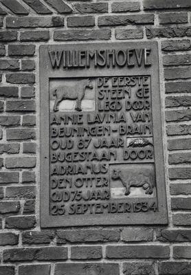 Kortgevelboerderij Willemshoeve. Gebouwd in 1934. Tekst op de ingemetselde plaquette: WILLEMSHOEVE. De eerste steen gelegd door Annie Lavinia van Beuningen-Brain oud 87 jaar           bijgestaan door Adrianus den Otter oud 75 jaar 25 september 1934
