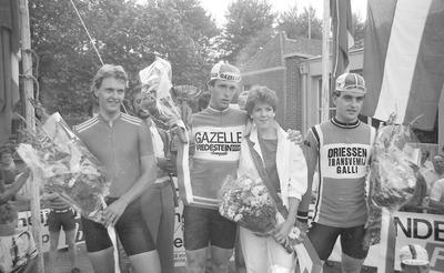 Huldiging van de grote prijs Timmermans Van der Heijden (amateurtijdrit met start en finish in Schijndel) in 1983. Links een renner van de Zwitserse nationale ploeg, in het           midden winnaar Nico Verhoeven en rechts vermoedelijk Schijndelnaar Dirk van Oirschot.