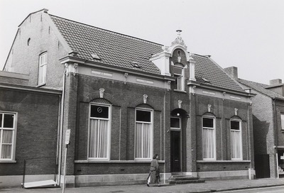Woonhuis, het Voormalige Weeshuis. Gebouwd in 1863. In de bestrating bij het tot woonhuis verbouwde voormalige weeshuis is een attentiesteen aangebracht. (Zie ook:           FOTOSC.1733 & https://www.bhic.nl/ontdekken/verhalen/herenhuis-als-weeshuis)