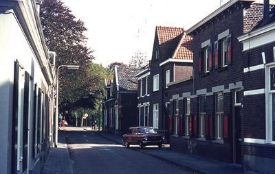 Straatbeeld van het centrum met het pand Kerkstraat 31, een woning met rode luiken. Dit huis werd onder meer bewoond door de familie Bingen. De heer Bingen was docent HTS           den Bosch. De smid Jan van der Meijden woonde naast hen op nummer 33.