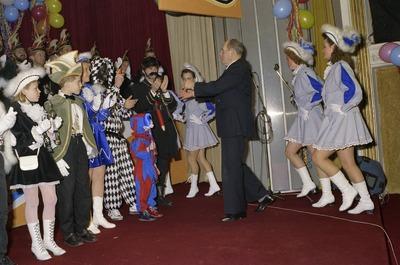 Pronkzitting tijdens carnaval: het Graafs figuur is iemand die veel betekend voor de gemeente Grave, iemand die het stadje een warm hart toedraagt. PERSONEN: Jo Wilbers,           Bert Weberink, Sandra Hoogers.