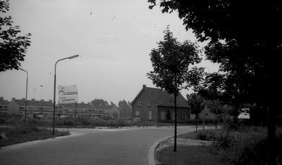 Een pand met dichte luiken staat in de bocht van de Esscheweg; op een bord staat de vermelding, dat Bouwbedrijf Van Eijkelenburg koopwoningen bouwt in De Baarzen. Weet           iemand hier iets over te vertellen?