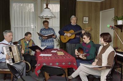 Muziekgroep Schik met links accordeonist Rinus Rijk, dan Georges van Vonderen en zijn vrouw Sien Pennincks. Geheel rechts zit Jose van den Bogaard. Weet iemand meer           namen?