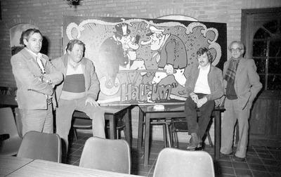 Carnavalsvereniging Halfum uit Wijbosch bij Schijndel. Tweede van links Toon de Laat. Tweede van rechts is Christ Broks, toen oud-kastelein van het enigste café in Wijbosch.           Hij bestierde later een bloemenzaak in Zijtaart.