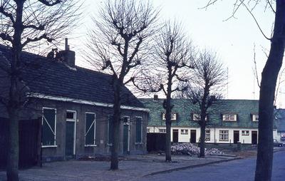 Straatbeeld met de panden Hoogstraat 43-45; de groene luiken zijn gesloten; op de achtergrond de woningen van de Van Beuningenstichting. Linksvoor was de boerderij van de           familie Bekkers. Rechtsvoor hebben Jan van de Broek en Annie Bekkers gewoond.