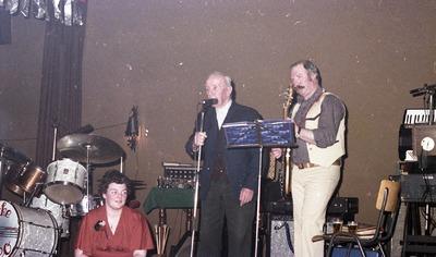 Optreden van Dikke Leo uit Helmond tijdens de opening van 't Venneke. Geheel links eigenaresse Hannie van Schijndel. Opa Verberk zorgt voor de gastvocalen. (Zie ook:           1914-000266)