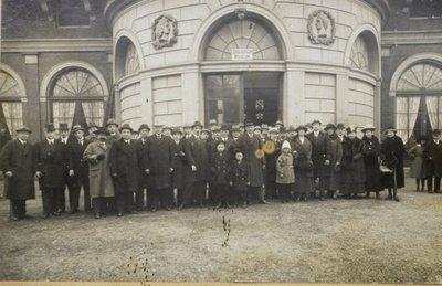 Groep personen voor het Zoölogisch Museum
