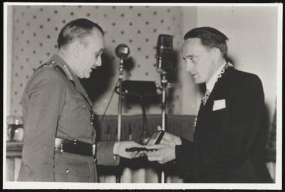 Burgemeester Klaasesz reikt de penning behorend bij het ereburgerschap uit aan generaal Charles Foulkes.