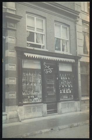 Winkelpui in de Hoogstraat van N. v. Zilfhout, horlogemaker, goud & zilver brillen & uurwerkmakerij . Vermoedelijke adres: Hoogstraat 86.