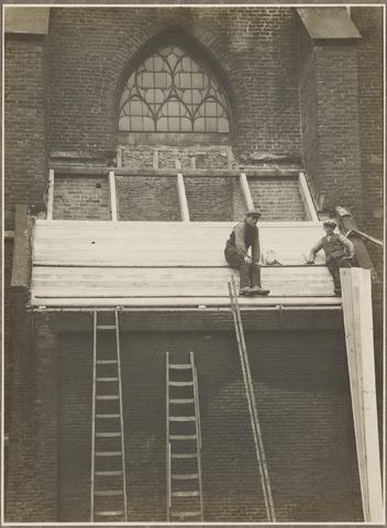 Restauratiewerkzaamheden aan het exterieur van de Nederlands Hervormde Kerk aan de Markt.