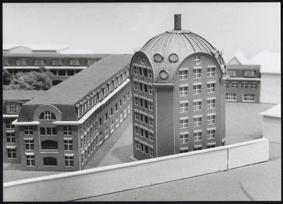 Maquette van de nooit uitgevoerde toren, gepland bij de Heerenstraat en Torckpark woningen gebouwd door Charles Vandenhove