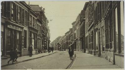 Prentbriefkaart met opschrift, Hoogstraat. Wageningen. Opname van de Hoogstraat in westelijke richting, aan de linkerzijde is een pand met het volgende opschrift te zien,''van           Gend en Loos.H.Colignon.& Cie''