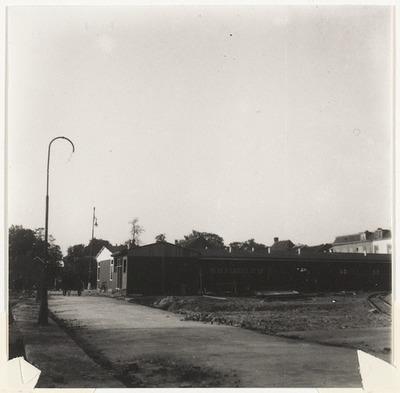 Markt, gezien naar het noorden, met noodwinkels. Op de voorgrond is de Boterstraat te zien, zonder bebouwing.