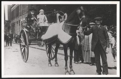 Viering 100 jaar onafhankelijkheid, 14-16 juli 1913. Deel gekostumeerde optocht, in de Dijkstraat, gezien richting Niemeijerstraat.