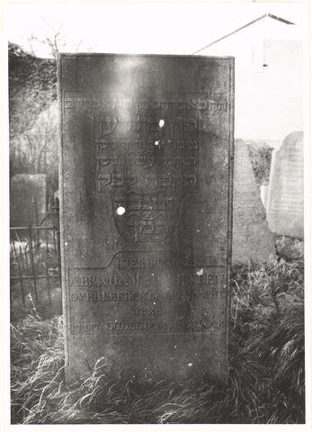 Grafstenen op de Joodse begraafplaats in Wageningen. Foto links: Abraham van Minden. Foto rechts: Helena Hijmans, weduwe van H. Jacobs.
