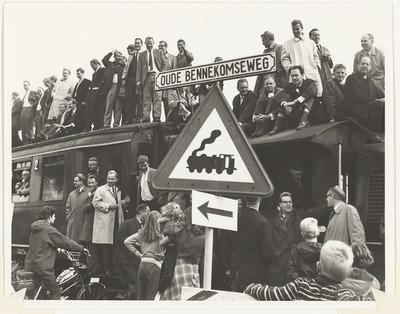 De laatste rit van de trein Ede-Wageningen, met diesellocomotief en leden van de studentenvereniging Ceres op de Oude Bennekomseweg