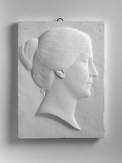 Portret van een vrouw met het haar bijeengebonden in een knoet, naar rechts gericht en profile.