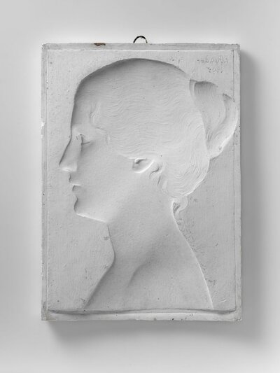 Portret van vrouw met haar in knoet op het achterhoofd, naar links gericht en profile.