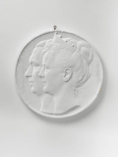 Portret van koningin Wilhelmina en prins Hendrik en profile en naar links gericht.