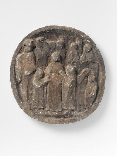 Ronde plaquette met voorstelling van groep mensen. De plaquette is een voorstudie van de plaquette voorstellende straatmuziekanten in Rome.