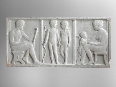 Triptiek voorstellende van links naar rechts: naar links gezeten mannelijk naakt, met op de knie een tekenblok. Twee naakte kinderen, hand in hand. Een kind met een boog in           de hand. Een naar links gezeten vrouwelijk naakt met een klein kind.