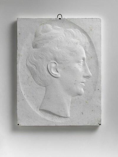 Vrouwenportret naar rechts gericht en profile voorstellende Elisabeth Couperus-Baud, de vrouw van de schrijver Louis Couperus. Ze trouwden in 1891 en zijn neef en nicht van           elkaar.
