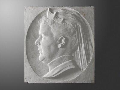 Portret van Koningin Emma en profile naar links gericht. Emma trouwde met de 41 jaar oudere Koning Willem III en samen kregen ze dochter Wilhelmina. Toen Wilhelmina 10 jaar           was overleed Willem III en werd Koningin Emma regentes.